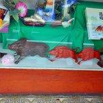 文寿堂菓子店 - 猪の置き物が…