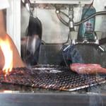 神戸牛炭火ステーキ・逸品 寅松の肉たらし - 調理中