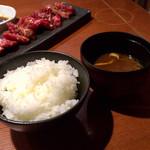 飛騨牛一頭家 馬喰一代 - ⑥お代わり自由のご飯 、 ⑦赤だし味噌汁(なめこ汁)。
