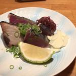 94987784 - タタキ。普通の料理店では、炙った端部は切り落とすのですが。。。