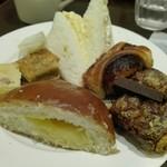 サンドッグイン 神戸屋 - デカいクリームパンなどで3皿目。たまごサンドやツナサンドはいつも通り美味い。