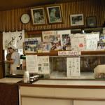 清水屋 - 入口に写真とサイン色紙
