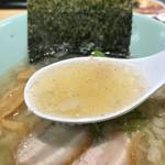 麺や 玄鳥 - 背脂煮干しらーめん塩のスープ