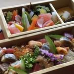 西中洲 鮨 山椒郎 - ◆一つの小箱は、十数種類のネタが入り「ばらちらし」のような品。 *もう一つは「お野菜」タップリで、ヘルシー。玉子焼きと香の物が添えられています