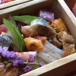 西中洲 鮨 山椒郎 - ◆海鮮箱・・十数種類の魚介が盛られています。煮穴子・鮑・〆て炙った秋刀魚、 バフンウニ、海老、いくら、カンパチ、鮪、烏賊、海老etc。下には「酢飯」が。 別添えのたれをかけていただきますが、美味しい。