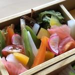 西中洲 鮨 山椒郎 - ◆野菜箱・・こちらも十数種類のお野菜が盛られ、ヘルシーで身体によさそうですね。 これは以前の店舗で頂いた品と同じような印象。 こちらには下に「白ご飯」。 お野菜は下味をつけたものやボイルしたものなどひと手間加えてあり、そのままでも添えられた「ライム」を絞っても。