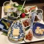 卯屋 - 栗、アスパラマヨ、野沢菜、信州辛味噌に付けて食べるのびるとラディッシュ、タラの芽、高野豆腐、鹿そぼろとごぼうの和え物、くるみおかか、くらかけ豆、ますのうの花漬、エビ
