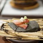 日本料理 TOBIUME - 秋茄子の上に藁で燻製にしらヨコワ(メジマグロ)