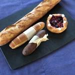 94997762 - 奥からバゲットトラディション、ミルクフランス、チョコレートミルクフランス、ミックスベリー