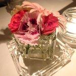 タツヤ・カワゴエ - 店内に花はテーブルのみ