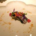 タツヤ・カワゴエ - 厚岸産 秋刀魚のカルパッチョ、大根とオクラのサラダ
