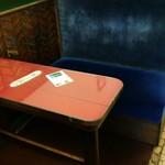 95007730 - レトロな赤いテーブル