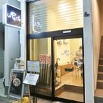 95014955 - お店は間口が狭くガラス張りのスッキリとした外観です