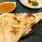 インド料理 ショナ・ルパ - 大きめなナン。さっくりクリスピータイプ。お上品です。