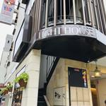 インド料理 ショナ・ルパ - グルメビル「ライトハウス」の3階。お隣は蔦がからまる神戸サウナさん。