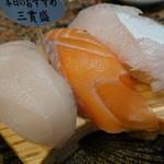 すし弁慶 - 本日の3種盛り(オーロラサーモン、カジキ、カンパチ)
