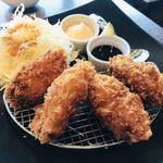ウメダステーション オイスターバー - 大粒な牡蠣フライ4個   ライム、タルタル、ソースで頂きます❤️