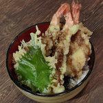 玄洋食堂 - 天丼(500円)!えび3本、その他魚介2種、大葉1枚がのったボリュームたっぷりの一品です。