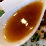 95041128 - 【2018.10.22(月)】スキヤキ風煮干しそば(大盛・195g)980円のスープ