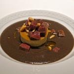 95041667 - 二皿目の前菜  ローストした野生の黒トランペット茸(フランス産)と生ハムにのスープ