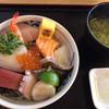 マルトモ水産 鮮魚市場 - 料理写真:★★★☆ 海鮮丼 厚切りネタで食べ応えあり