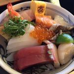 マルトモ水産 鮮魚市場 - ★★★☆ 新鮮なお刺身が厚切りでたっぷり。あったかご飯、丼タレは甘めなので刺身醤油とミックスして