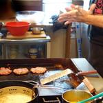 ユーエスバーガー - バーガーパティ(肉種)は数種の粗挽き赤身肉からできたものです。 注文後、パティを成形するところから始まります。