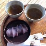 95056687 - 赤福210円。2人で訪問したので、箸を二膳、お茶も2つ出してくれました。
