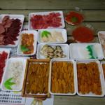 塩釜仲卸市場 マイ海鮮丼コーナー - 買い集めた魚介ずらり