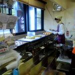 9506721 - 今川焼きのような焼き台で30分かけて焼かれる「福栗焼き」の甘い香りが店内に充満しています