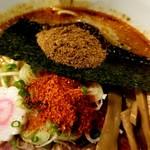ラーメンストップ ボン - 魚粉とトウガラシ