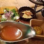 95060436 - パプリカ、ズッキーニ、茄子野菜いっぱいのトマトパエリアのスタンダードセット