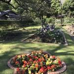 はまの屋パーラー - お花型の花壇