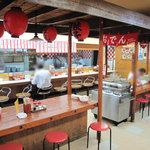 9507265 - 前身が屋台というコトで、店内にも赤い提灯が下がった屋台風の大きなテーブル席があります。