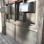 大観亭支店 - このダクトから出る煙は通行人に対して嬉しい悲鳴をあげさけてるのでは?