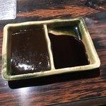 焼き鳥ハウス 泉竹林 - 左 味噌ダレ・右 醤油ダレ