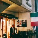 95082208 - イタリアの国旗が目印の外観
