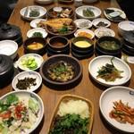 サンドゥレ - 料理写真:机いっぱいに料理が並びます