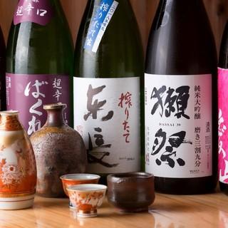 全国各地の銘柄が揃う日本酒を、グラスで軽く一杯。