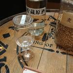 95106057 - 透明な原酒が樽の中で眠って琥珀色になります。                       香りが全然違います。