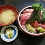 95110701 - マグロ丼 味噌汁、漬物付き