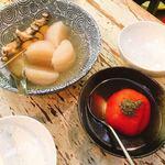 丸忠かまぼこ店 - トマトのおでん(手前)と大根、カレーボール、つぶ貝
