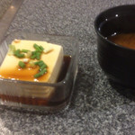 日喜屋 - 醤油の池で水浴びしている豆腐と味噌汁