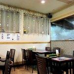 インド食堂 マハトマ - 1Fはガラス越しにキッチンがのぞけます
