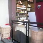 スターバックス・コーヒー - ビルのロビーにあります。