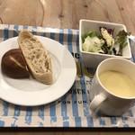 95125579 - パン、サラダ、スープはセルフサービス