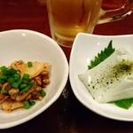 母ちゃんの台所 - とりあえず生ビール。お通しはキムチ納豆と枝豆豆腐。