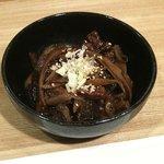 一品料理 花織 - どて煮 牛のアキレス腱とコンニャクの味噌煮込みです。コッテリとした味付けは、焼酎との相性がイイです。