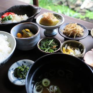 一日50食限定ランチ「一汁八菜」野菜たっぷり嬉しいお昼ごはん