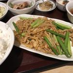 麺と酒菜の店 薫 - 豚肉とニンニクの芽炒め